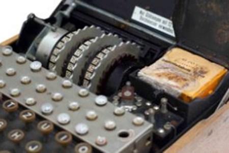 ナチス・ドイツの暗号機「エニグマ」、オークションに出品され1100万円で落札