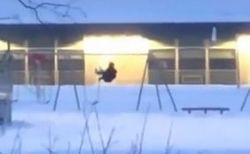 カメラにむかって漕いでいる?それとも建物に?ブランコに乗る男性の動画が話題に