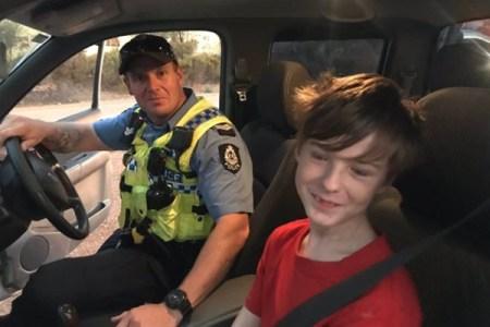 豪の12歳の少年、山林火災が迫る中で犬を連れ、自動車を運転し脱出