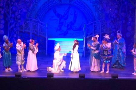 「アラジン」が「ジャスミン」にプロポーズ、舞台上の2人を観客も祝福