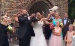 結婚式で新婦がハトを放ったら急降下、周りにいた人もビックリ【動画】