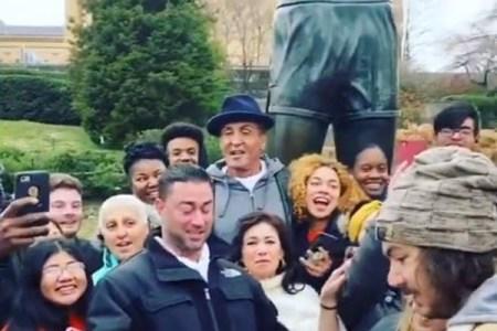 『ロッキー』の像の前で記念撮影をしていた学生の前に、S・スタローンが現れた!