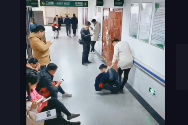 病院で席を譲ってもらえない妊娠妻のために、夫が人間椅子になった