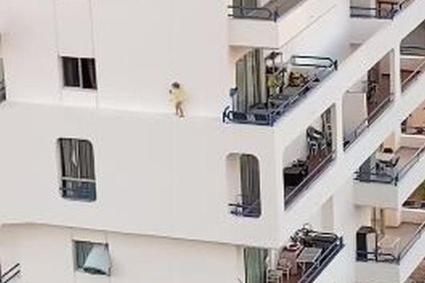 幼児が建物の縁を歩いていく…カナリア諸島で撮影された映像が怖すぎる