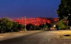 まるで溶岩!オーストラリアの山林火災で丘が炎に覆われる
