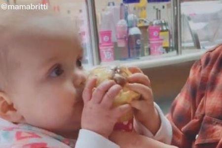 初めてアイスを食べる赤ちゃん、驚いたリアクションがプライスレス