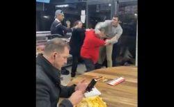 英のケバブ店で大喧嘩が勃発、その横で穏やかに食事を続けた男性が話題に