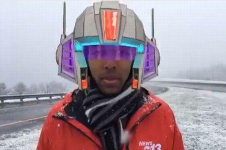 お天気のライブ配信中にアクシデント、リポーターの顔にフィルターマスクがかかる