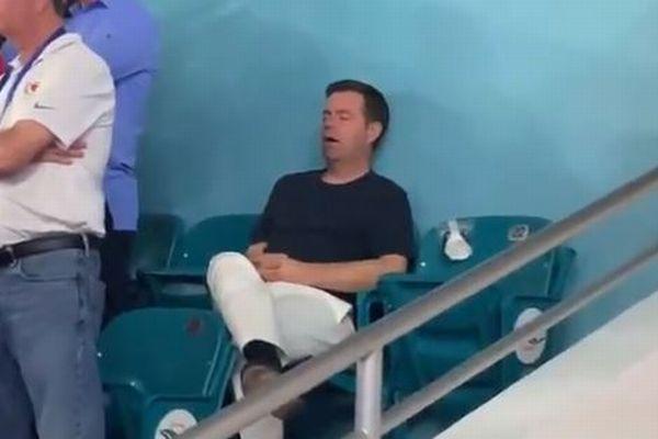 「スーパーボウル」の試合中、1人で眠り続ける男性の動画が話題に