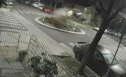 暴走した車が環状交差点で激突し宙に舞う、その映像がショッキング