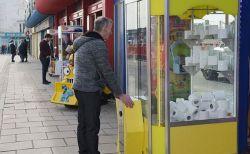 品不足のトイレットペーパー、イギリスでクレーンゲームの景品として登場!