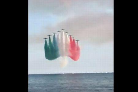 【新型コロナウイルス】イタリア空軍が住民を励ますために空に国旗の色を描く