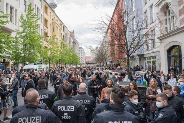 ドイツでロックダウン反対のデモ、警察と衝突し100人以上が逮捕
