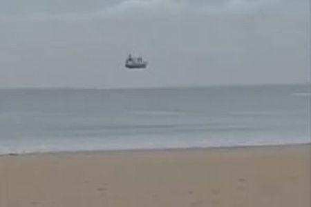巨大な船が空に浮かぶ?ビーチで撮影されたまさかの映像
