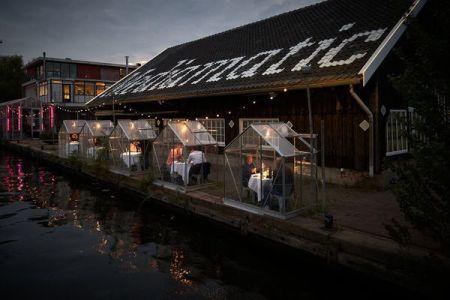 オランダのレストラン、ビニールハウスなどさまざまな感染防止策を取り入れる