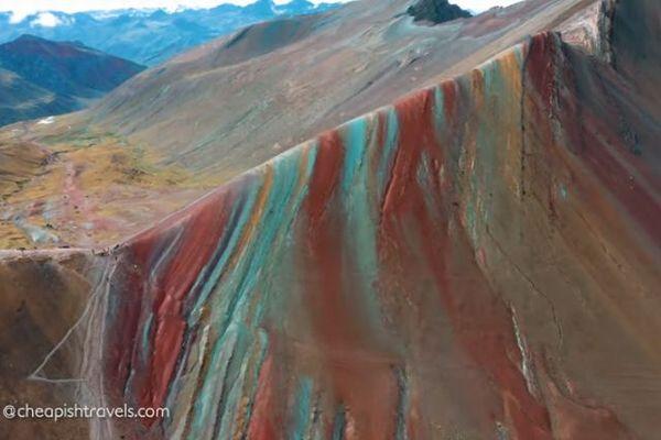 ペルーにある第2のレインボーマウンテン、七色に染まる山肌が美しい