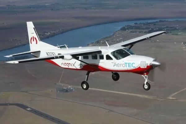 9人乗りの大型電気飛行機のテストフライト、世界で初めて成功