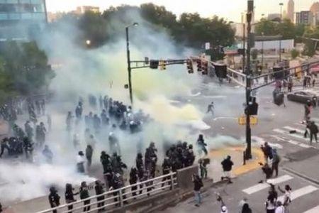 警官涙目…放った催涙弾の煙が風によって自分たちの方へ流れてきてしまう