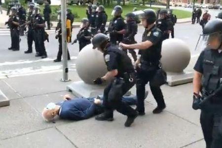 デモの最中、警官に突き飛ばされた高齢者の男性、頭蓋骨を骨折し歩けない状態に