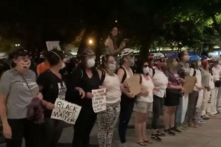 オレゴン州で連邦軍がデモ参加者を連れ去る事件に抗議し、母親たちが立ち上がる