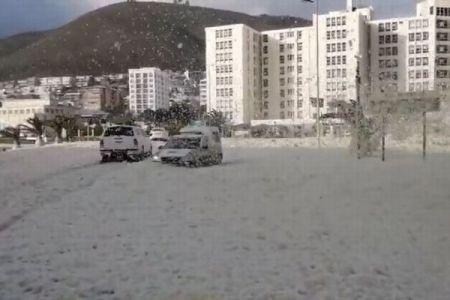 南アフリカの道路が泡だらけ…激しい風に煽られ街が大変なことに