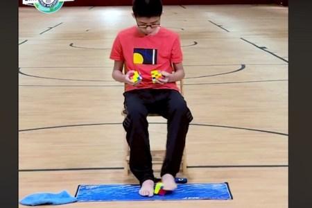 ルービックキューブ3個を手足で同時に完成、中国の13才が見せる96秒の神業