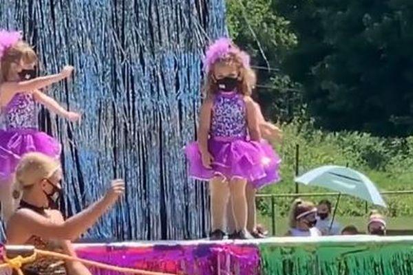 「ある意味レジェンド…」舞台の上で決して踊ろうとしない女の子が話題に