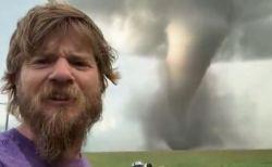 で、デカい!カナダで巨大な竜巻が発生、男性が近くで動画を撮影