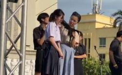 教師によって髪を切られる女子生徒…高校生が厳しい校則に抗議デモ【タイ】