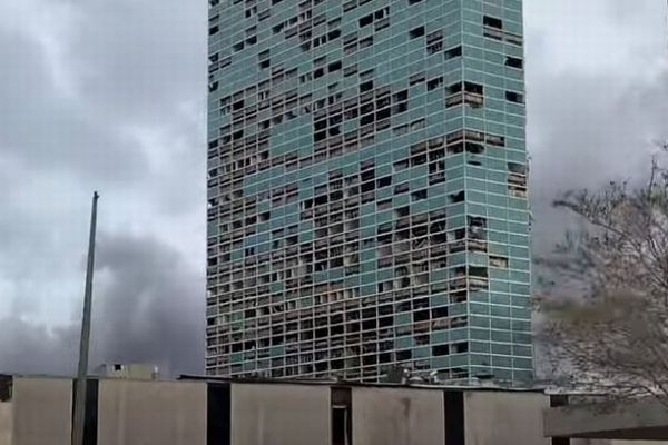 ビルの窓が割れ、瓦礫も散乱…ハリケーン「ローラ」がルイジアナ州を襲う