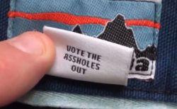 「投票でクソ野郎を追い出せ!」衣料品メーカーの隠れタグが話題に