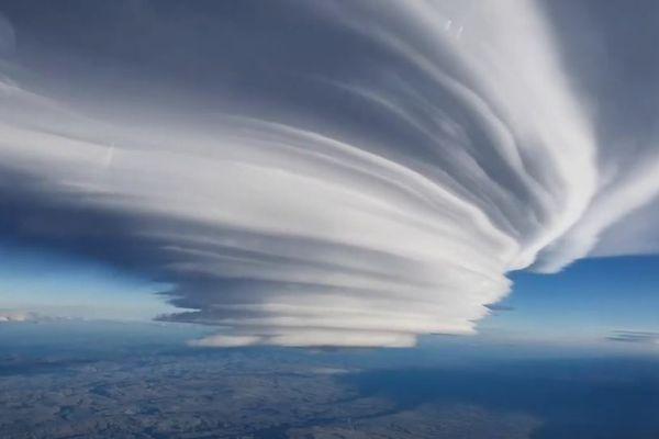 見事な形をした「レンズ雲」、ニュージーランド上空でパイロットが撮影