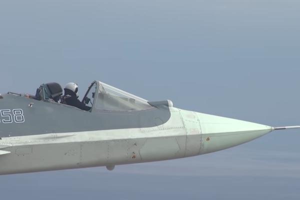 怖いもの知らずのパイロット、超音速ジェットのコックピットを開けたまま飛ぶ