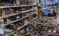 英のスーパーで女が暴挙、棚にあった無数のお酒のボトルを破壊