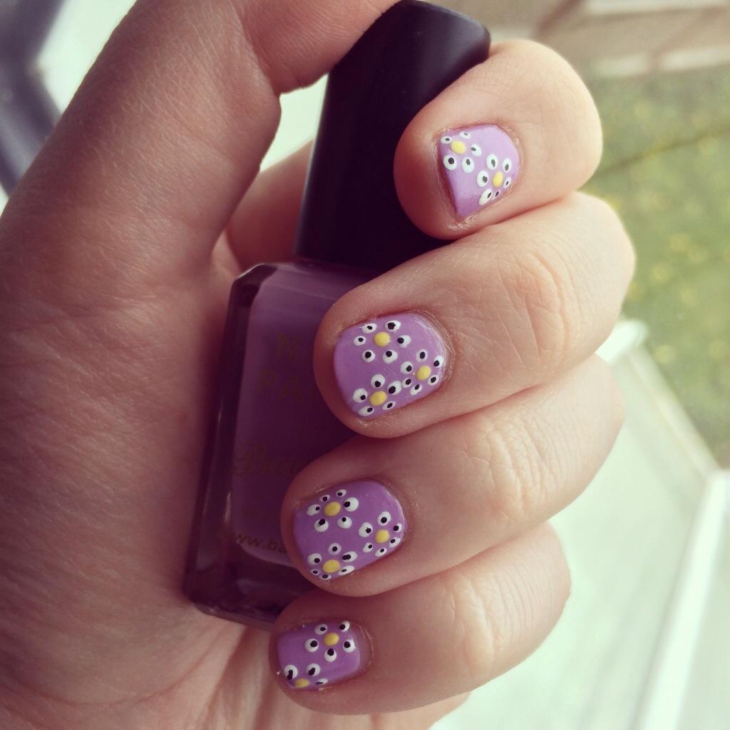 10 Delightful Daisy Nail Designs