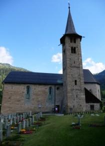 Friedhof hinter der Kirche in Zillis
