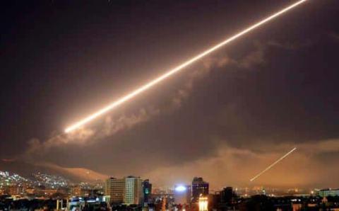 بالفيديو ..النظام السوري يعلن التصدي لقصف إسرائيلي بمحيط دمشق
