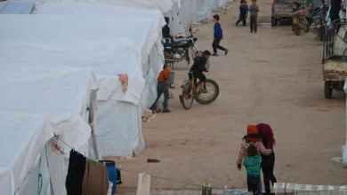 صورة خوفا من كورونا.. نازحو الشمال السوري يفضلون منازلهم المدمرة على المخيمات