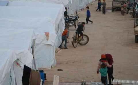 خوفا من كورونا.. نازحو الشمال السوري يفضلون منازلهم المدمرة على المخيمات