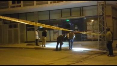صورة مجهولان يلقيان قنبلة يدوية الصنع على متجر في مدينة إسطنبول
