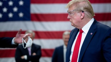 صورة ترامب يتفقد مصنع الكمامات بدون ارتداء كمامة متجاهلا المتطلبات