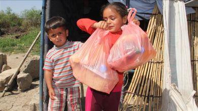 صورة أطباء ..يقومون بتوزيع طرودا غذائية على السوريين