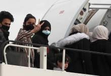 """صورة بريطانيا تستقبل 50 لاجئًا من اليونان أُجلت رحلتهم بسبب """"كورونا"""""""