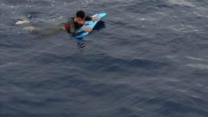 edd0c1f5ef994183a970a607e5f34cba 300x169 - تركيا.. ضبط طالب لجوء حاول وصول اليونان بلوح لركوب الأمواج في ولاية موغلا (غرب)