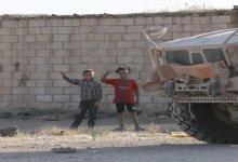 صورة طفل سوري يدخل إحدى القواعد العسكرية الأمريكية وأصدقاؤه يرقصون قربها (فيديو) – Mada Post