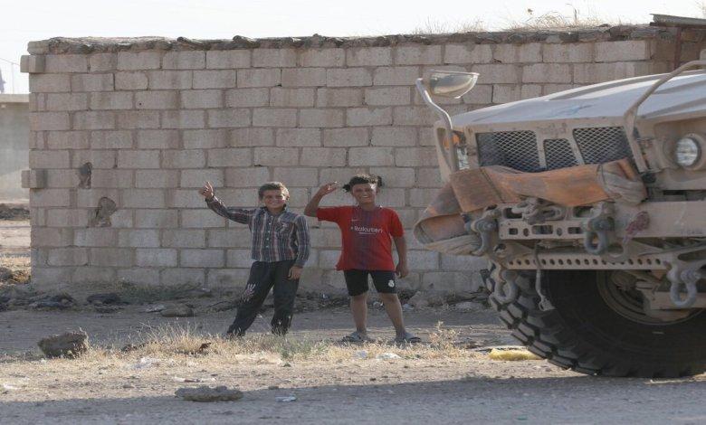 في الحسكة تويتر - طفل سوري يدخل إحدى القواعد العسكرية الأمريكية وأصدقاؤه يرقصون قربها (فيديو) - Mada Post