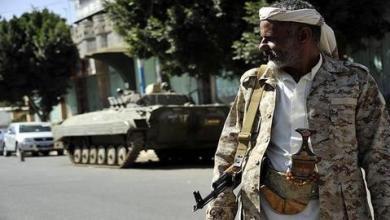 صورة قوات مدعومة إماراتياً تطلق النار لتفريق محتجين باليمن