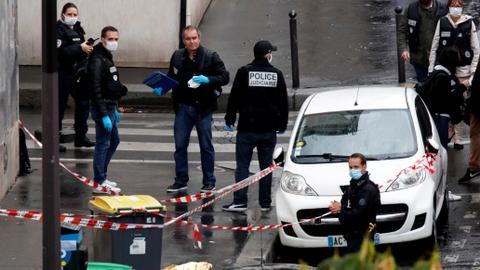 """1601036421 8966656 4128 2324 38 3 - 4 إصابات في هجوم قرب المقر السابق لصحيفة """"شارلي إيبدو"""" الفرنسية"""