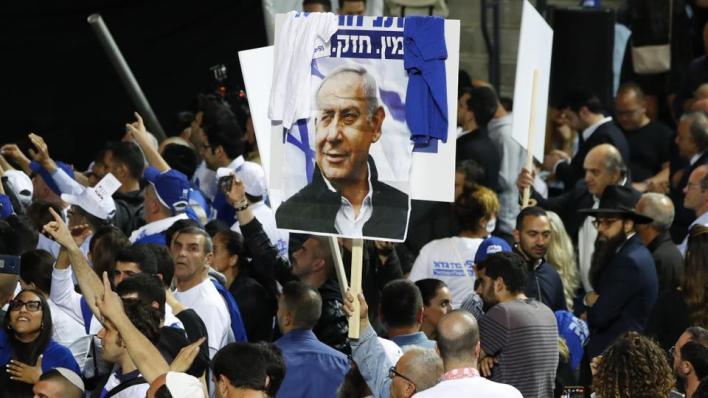 يطالب المحتجون نتنياهو بالاستقالة على خلفية اتهامه بالفساد وفشل حكومته في إدارة جائحة كورونا