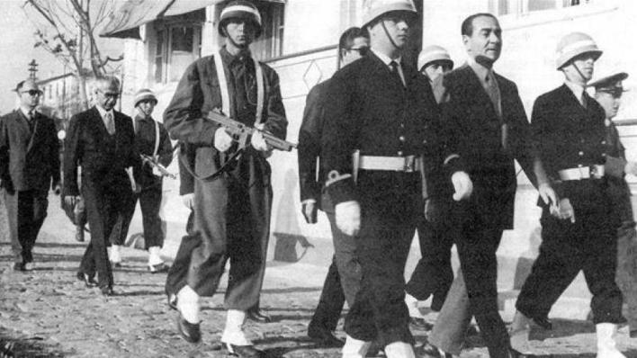 مندريس هو أول رئيس وزراء تركي يواجه انقلاباً عسكرياً ينتهي بالإطاحة به وإعدامه، وذلك في سبتمبر/أيلول 1961